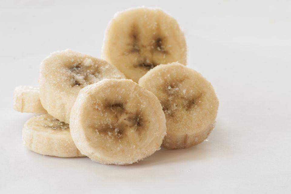 Bananen einfrieren: Aufgeschnittene Bananen mit Eiskristallen