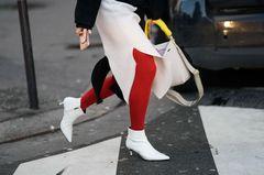 Verhasste Trends: Frau mit weißen Ankle Boots mit Kitten Heels