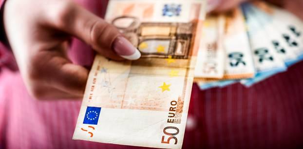 Bestbezahlte Berufe: Frau hält Geldscheine in der Hand