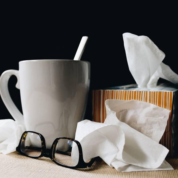 Keine Erkältung kriegen: Taschentücher und eine Teetasse