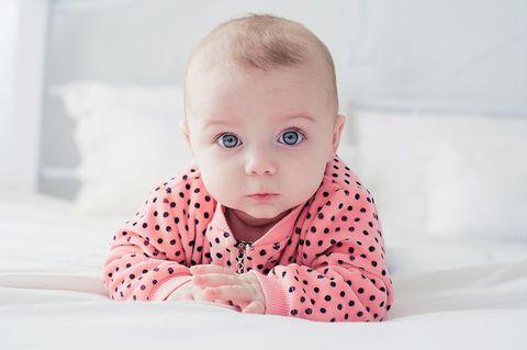 Babynamen 2019: Baby in gepunktetem Pullover