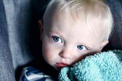 Fieber bei Kindern: Kleiner Junge mit Decke