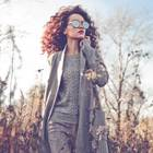 Styling-Tipps für kleine Frauen: Frau mit grauem Mantel