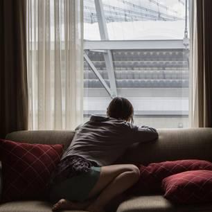 Gefühlschaos: Frau starrt aus dem Fenster