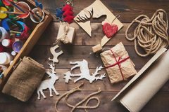 Weihnachtsbasteln: Tisch mit Bastelutensilien und Deko-Elchfiguren