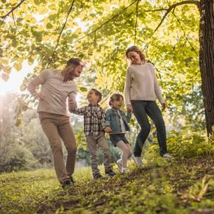 So solltet ihr wohnen, damit eure Kinder klug werden: Familie im Wald