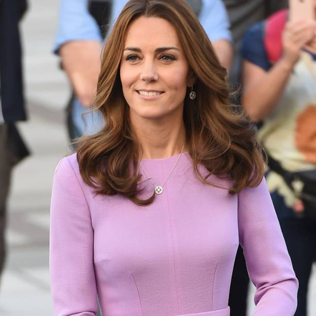 Herzogin Kate in einem fliederfarbenen Kleid