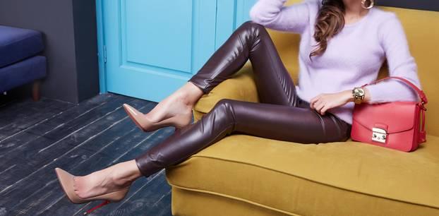 Lederhosen: Frau mit Lederhose in bordeauxrot