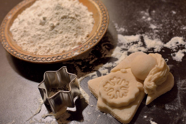 Salzteig-Rezept: Mehl, Ausstechform und Engelfigur aus Salzteig auf einem Tisch