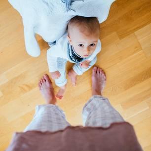 Unverzeihliche Erziehungsfehler: Kleinkind guckt ängstlich zu seiner Mama hinauf