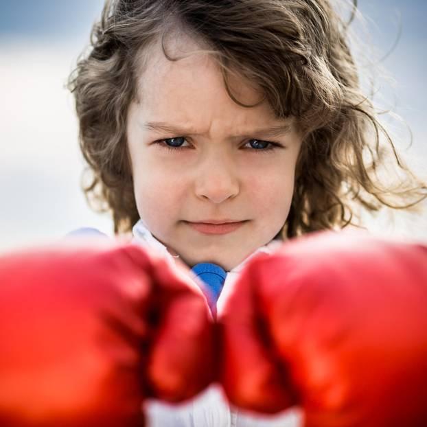 Sätze, die Mädchen stark machen: Mädchen mit Boxhandschuhen