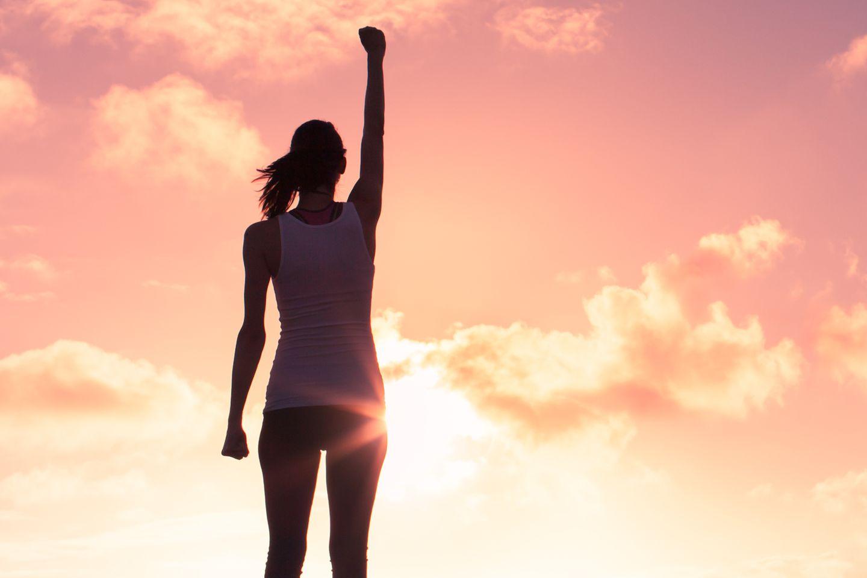 Mode-Revolution: Frau, die den Arm in die Luft hebt