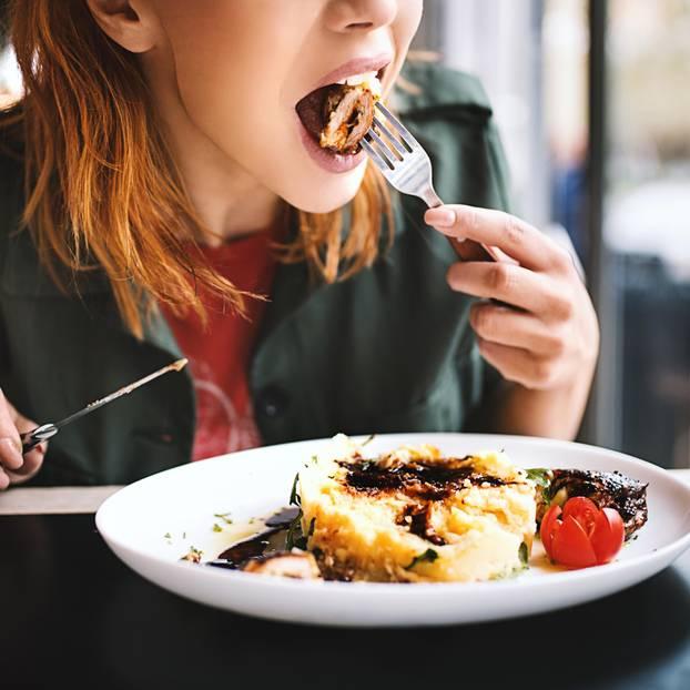 Kann nicht abnehmen: Frau isst gesundes Mittagessen