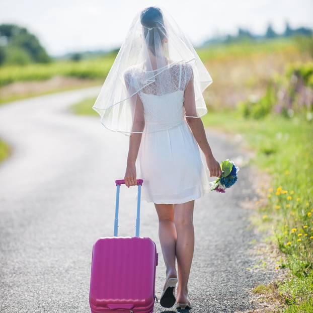 Frauen nach der Scheidung: Braut mit Koffer geht allein ihres Weges