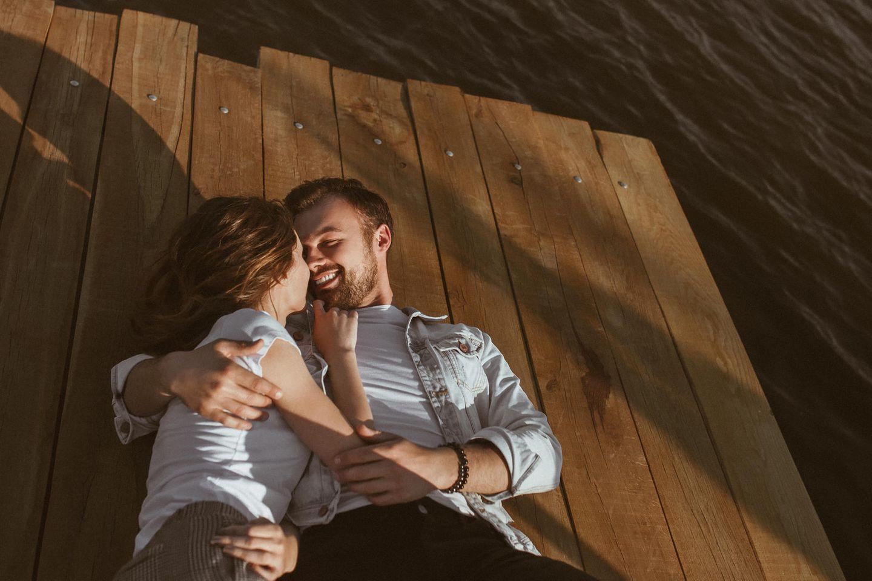 Wahre Liebe: Ein junger Mann hält die Hände seiner Frau mit beiden Händen und küsst sie liebevoll