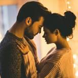 Sex an Silvester: Mann und Frau kurz vor einem Kuss