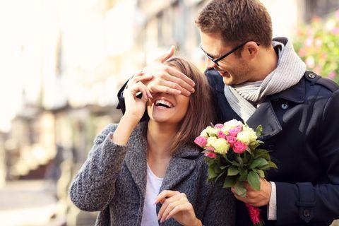 Blind Date: Mann hält Frau die Augen zu