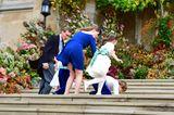 Die Blumenkinder und Pageboys sind so aufgeregt, dass sie die Kirchentreppe hinaufpurzeln