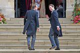 Der Bräutigam betritt an der Seite seines Bruders und Trauzeugen Thomas Brooksbank die Kapelle