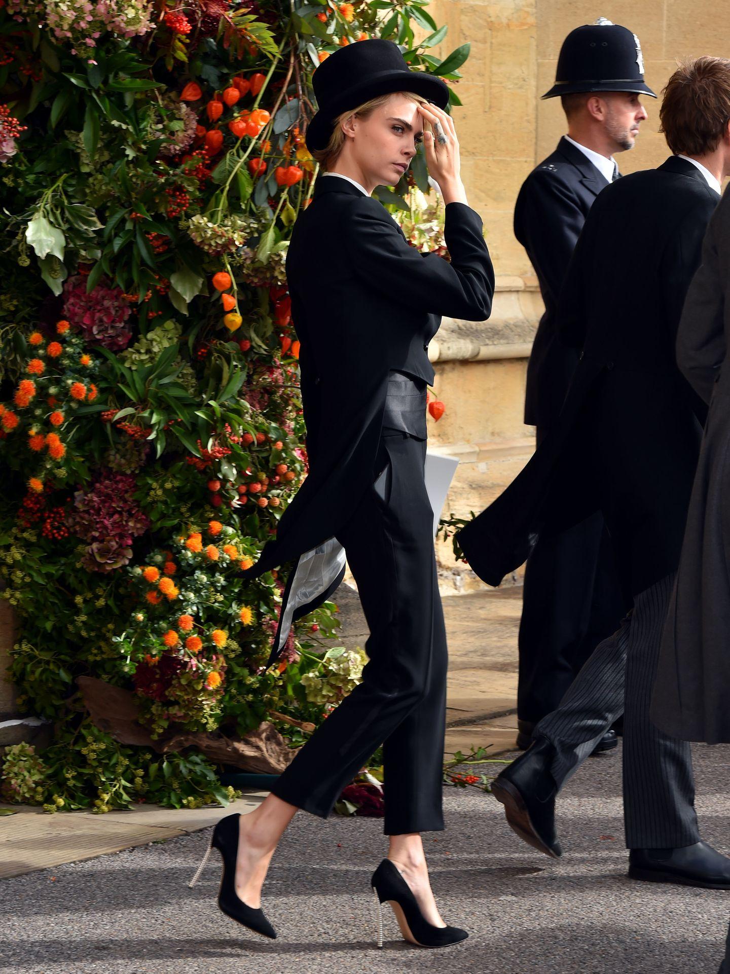 Cara Delevingne hat sich in einen perfekt geschnittenen Smoking samt Kummerbund und Zylinder geschmissen. Ein cooler Look, der ihr fantastisch steht!