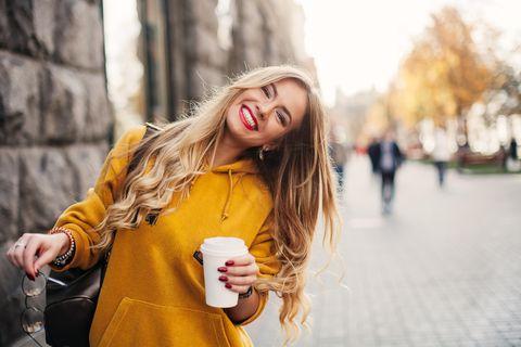 5 Dinge, die Männern an unseren Haaren wichtig sind: Frau mit langen lockigen Haaren