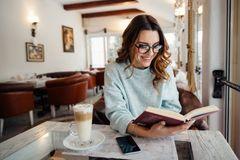 Speed Reading: Frau mit Buch in Café