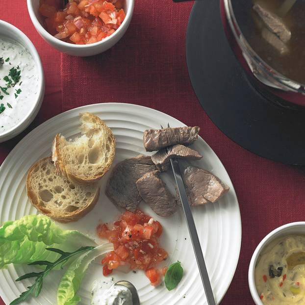 fleisch fondue mit dreierlei so en. Black Bedroom Furniture Sets. Home Design Ideas