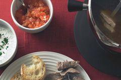 Fleisch-Fondue mit dreierlei Soßen