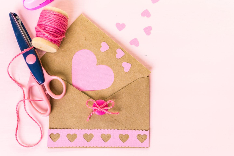 Geburtstagskarte basteln: Briefumschlag, Schere und Garn