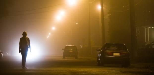 Ausgangssperre für Männer: Frau auf einsamer Strasse