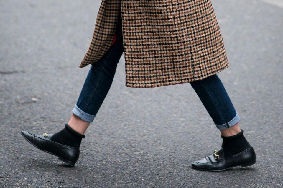 Flache Schuhe: Schwarze Loafer mit goldenem Detail