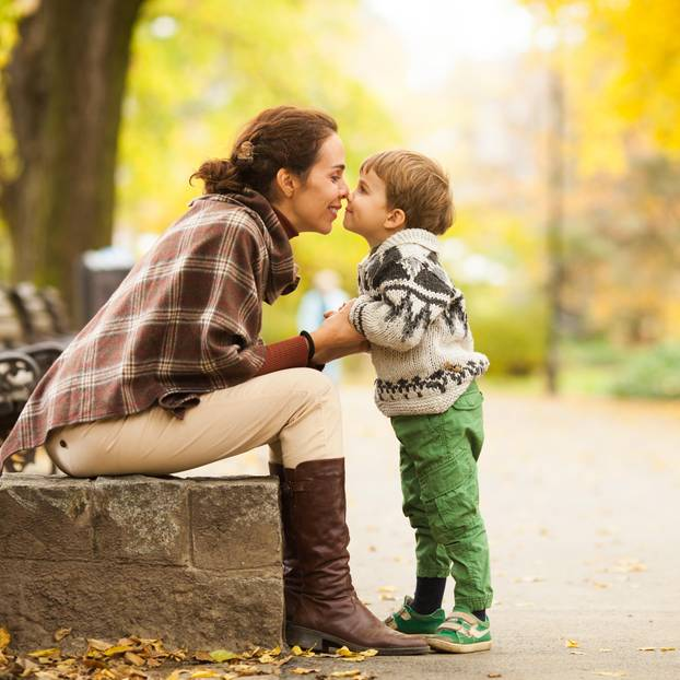 Ausgeglichene Kinder: Eine Mutter mit ihrem Sohn beim Herbstspaziergang