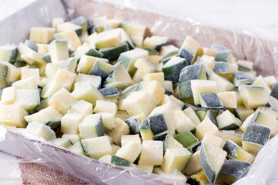 Zucchini einfrieren: Gewürfelte Zucchinistücke gefroren