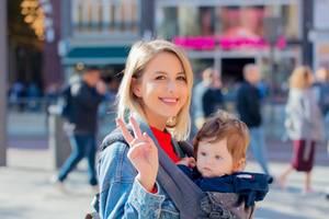 5 Dinge, die wir von holländischen Eltern lernen können: Mutter mit Kind in Trage