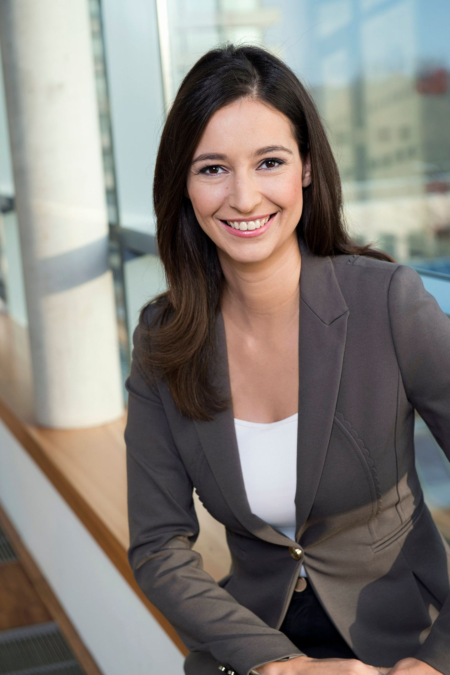 "Pinar Atalay, Moderatorin trägt den ""Schal fürs Leben"" 2018"