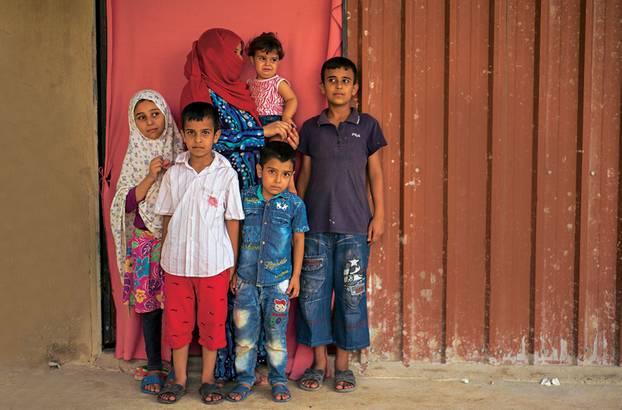 Familie Awad ohne Vater Tarek. Er wurde in syrischer Haft gefoltert und ist physisch wie psychisch zerstört. Sohn Kassem (r.) muss für ihn arbeiten gehen