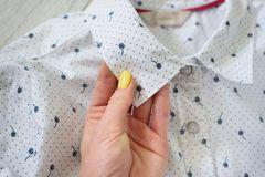 Bügeln ohne Bügeleisen: Frau hält Kragen in der Hand