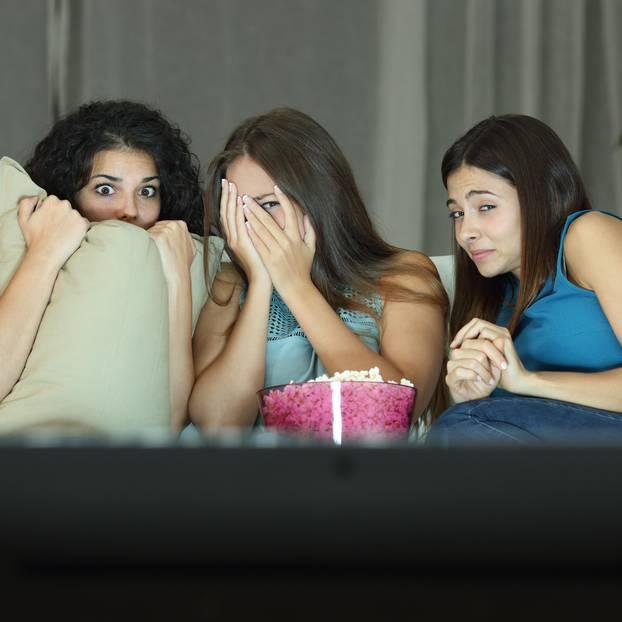 Halloween Filme: 3 Freundinnen gruseln sich auf der Couch