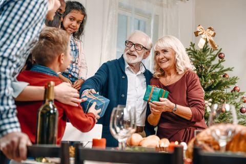 Weihnachtsgeschenke für Großeltern: Opa und Oma bekommen Geschenke