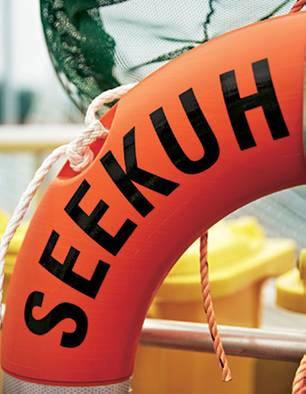 """Plastikmüll: Rettungsreifen mit Schriftzug """"Seekuh"""""""