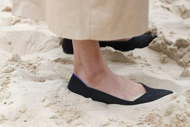 Herzogin Meghan trägt schwarze Schuhe