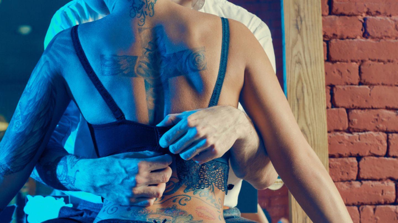 Bekleideter Mann Nackte Frau