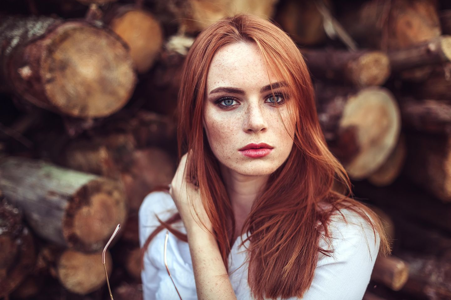 Home remedies for pigment spots: woman with freckles