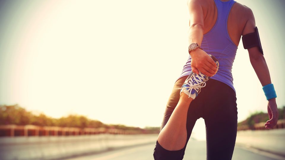 Sportarten: Frau dehnt sich