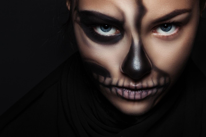 Das beliebteste Halloween-Tutorial aller Zeiten: Frau mit Halloween Make-up