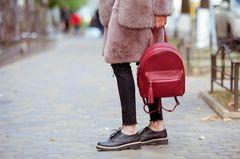 Alternative zu Stiefeln: Frau mit Halbschuhen
