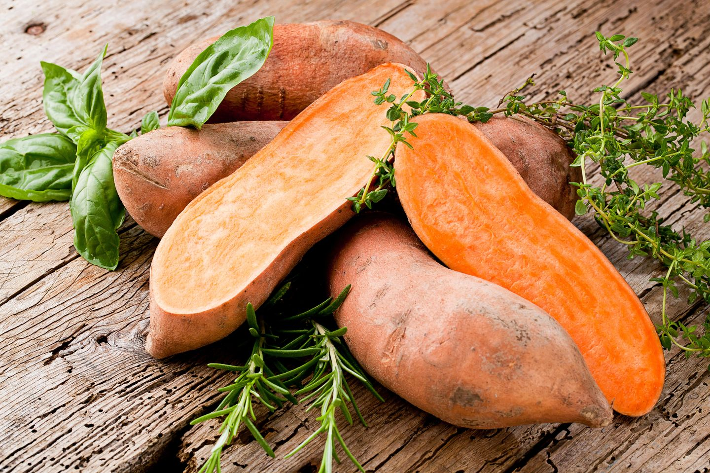 Süßkartoffeln gesund: Süßkartoffeln auf dem Tisch