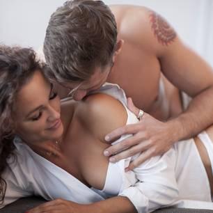 """""""Horny Einhorn"""": Mann küsst Hals einer Frau"""