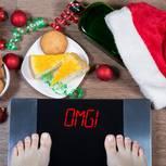 Abnehmen nach Weihnachten: Frau steht auf Waage