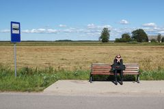 Dinge, die Menschen vom Dorf kennen: Frau sitzt auf Bank